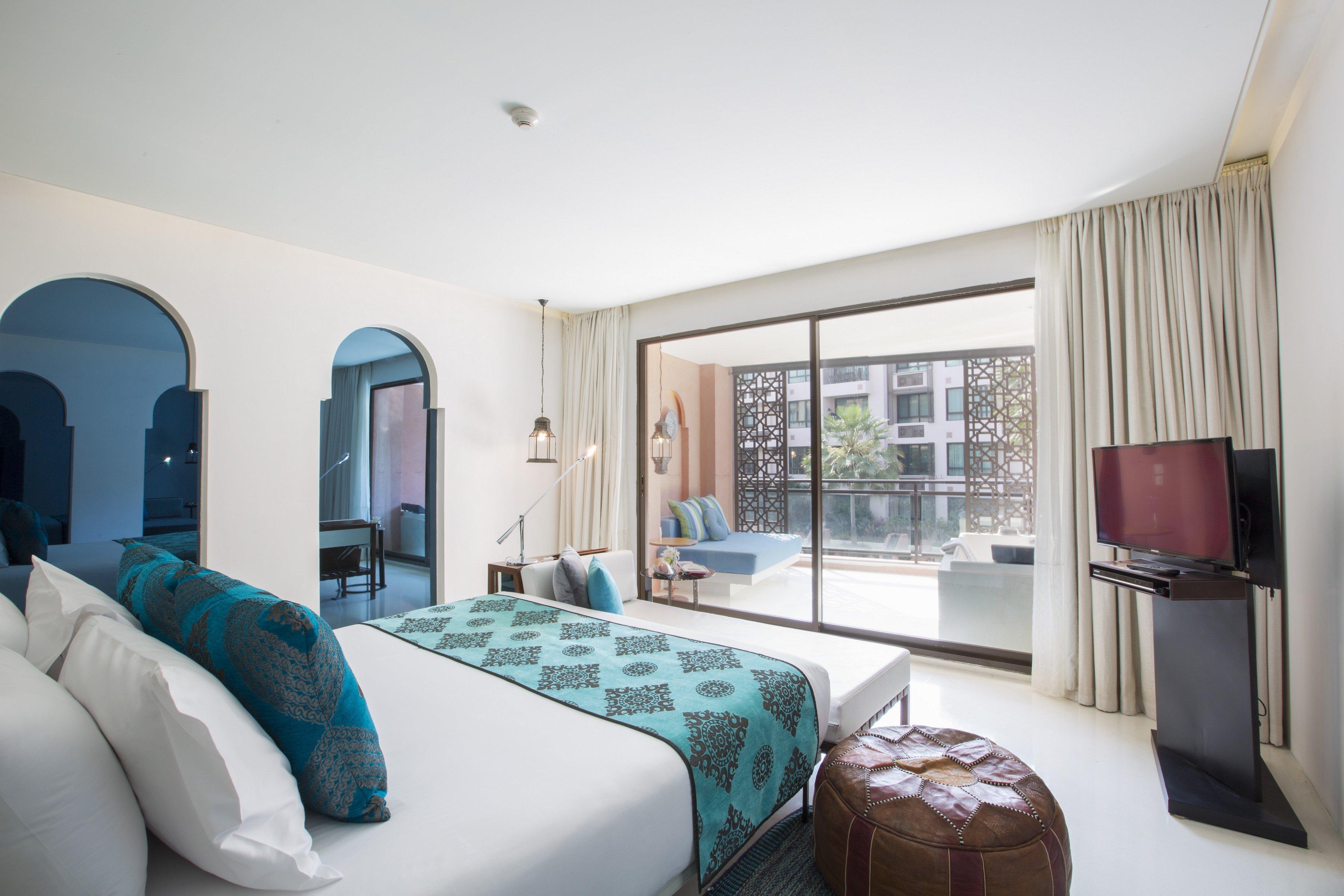 Jacuzzi-Suite-Pool-View-King-Bed-Blue-(11).jpg